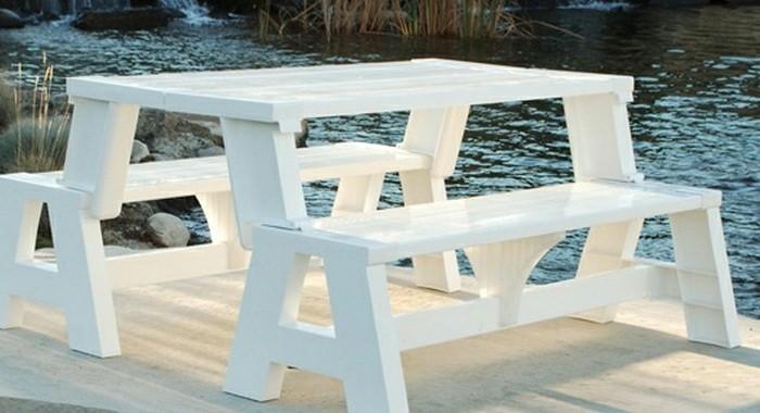 tisch-aus-paletten-und-zwei-weiße-sitzbänke