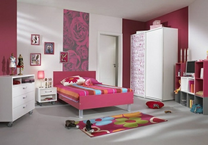 tolles-rosiges-bett-madchenzimmer-mit-eine-großen-weißen-schrank