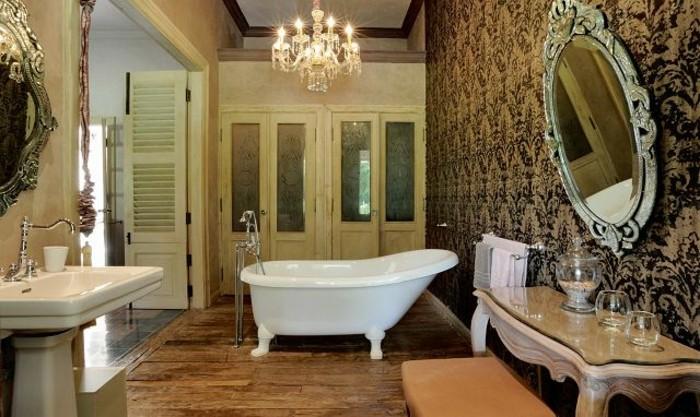 traumbäder-ideen-elegante-freistehende-badewanne-und-barock-spiegel