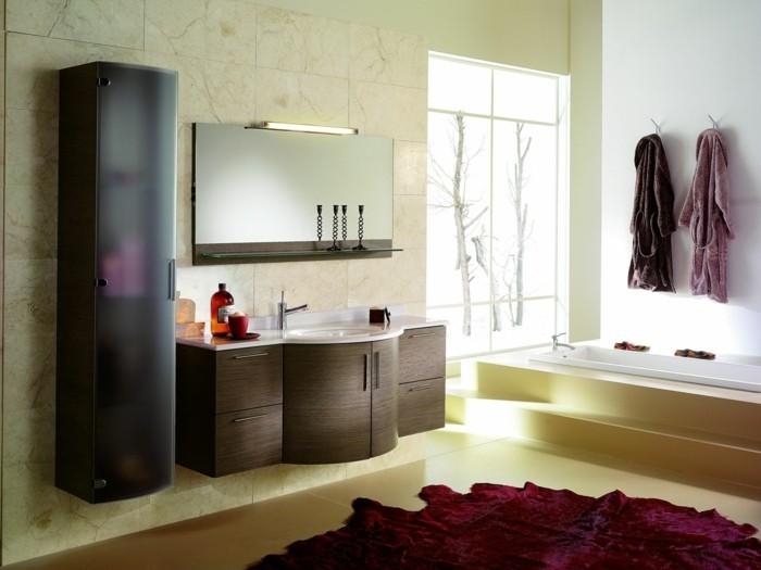traumbäder-ideen-modernes-interieur-tolle-badewanne-roter-teppich