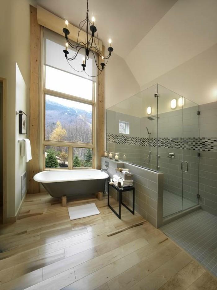 traumbäder-ideen-super-großes-fenster-eleganter-kronleuchter-über-der-badewanne