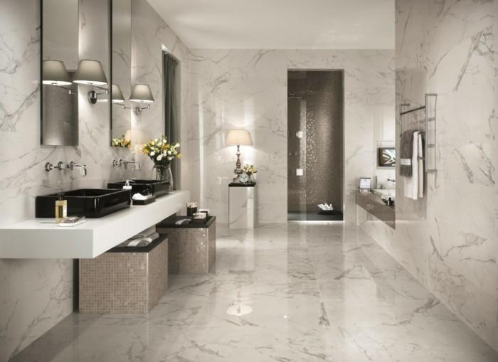 unikales-badezimmer-mit-weißen-fliesen-sehr-luxuriöse-gestaltung