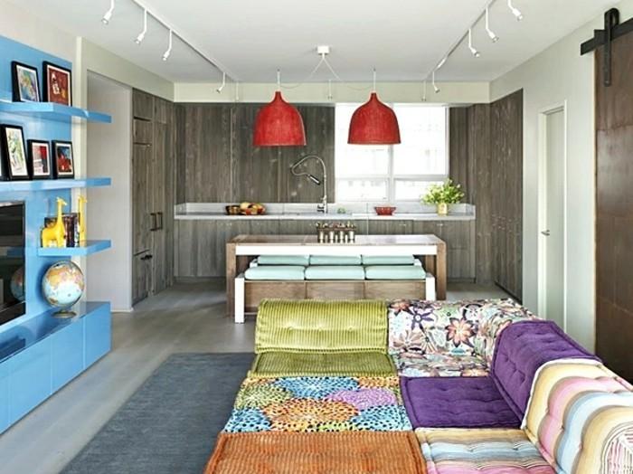 unikales-wohnzimer-mit-bunter-dekoration