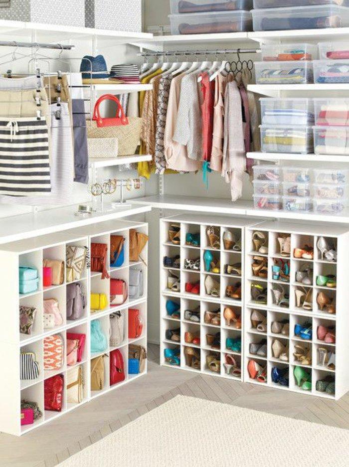 viele-kleine-Abteilungen-für-Damen-Schuhe-Taschen-und-Accessoires