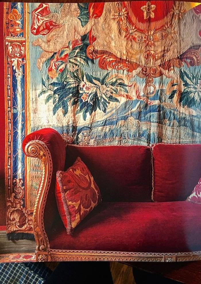 vintage-Wandgestaltung-aristokratisches-Modell-Couch-rot-mit-goldenen-Ornamenten