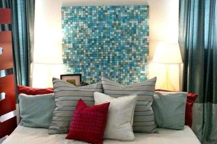 wanddeko-schlafzimmer-blauer-akzent-über-dem-bett-und-viele-dekokissen