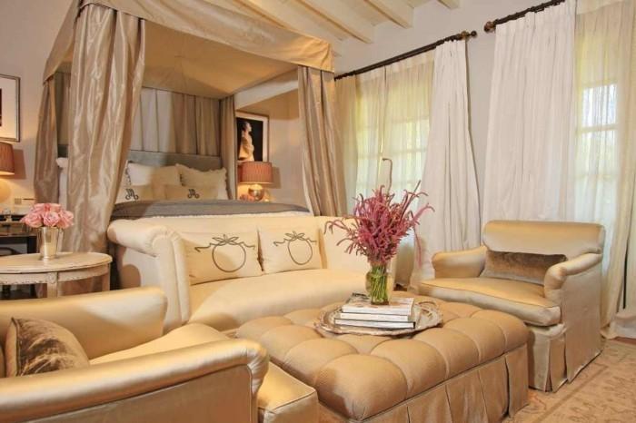 wandfarbe-gold-unikales-modernes-design-vom-schlafzimmer-in-hellen-farben- bequemes-bett-und-tolles-sofa
