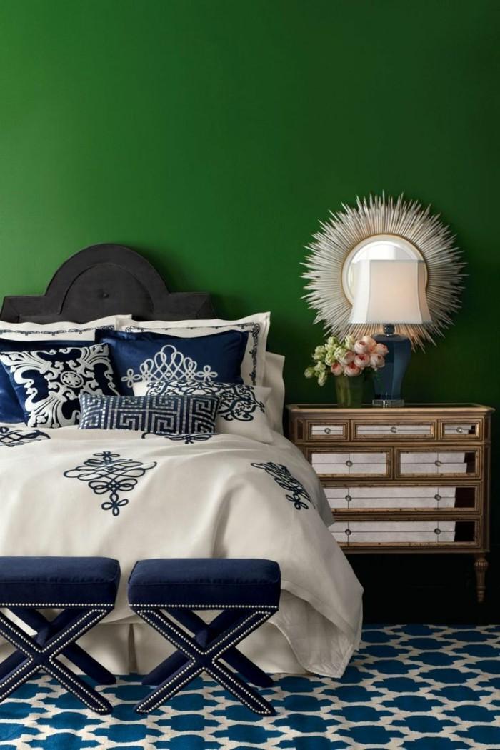 wandfarbe-grün-gemütliches-schlafzimmer-mit-einem-bequemen-bett