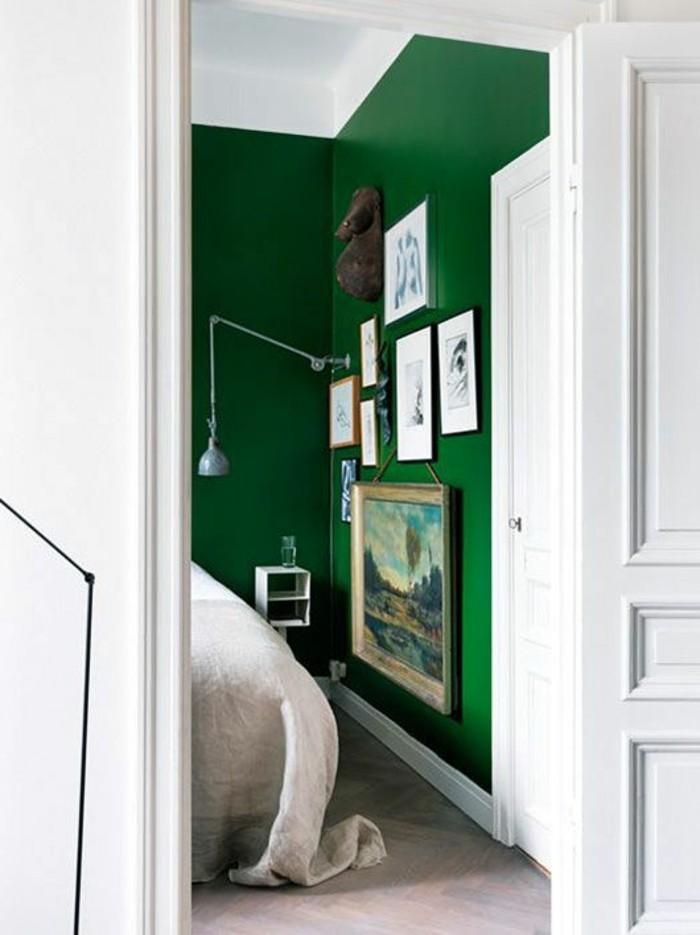 wandfarbe-grün-herrliches-modell-schlafzimmer-mit-bildern-an-der-wand