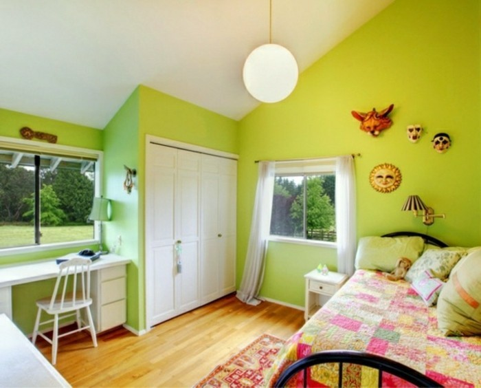 wandfarbe-grün-kleines-modell-schlafzimmer-accessoires-an-der-wand