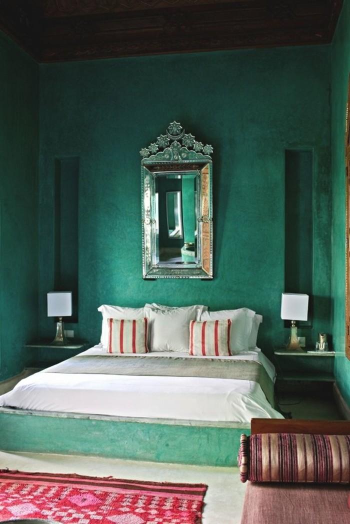 wandfarbe-grün-tolles-modell-schlafzimmer-super-tolle-kissen-auf-dem-bett