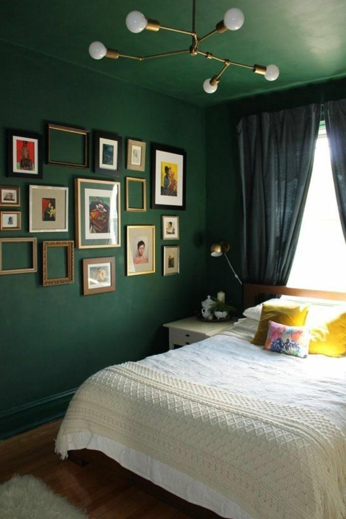 wandfarbe-grün-viele-bilder-an-der-wand-im-tollen-schlafzimmer