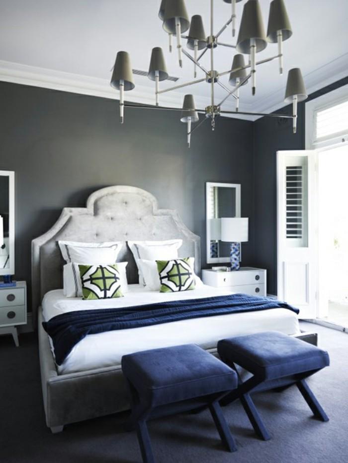 wandfarbe-grau-elegantes-schlafzimmer-mit-zwei-hockern-neben-dem-bett