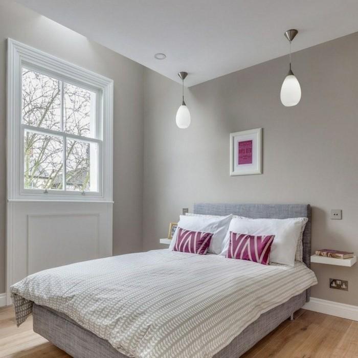 wandfarbe-grau-gemütliches-schlafzimmer-weißes-bett-lila-kissen