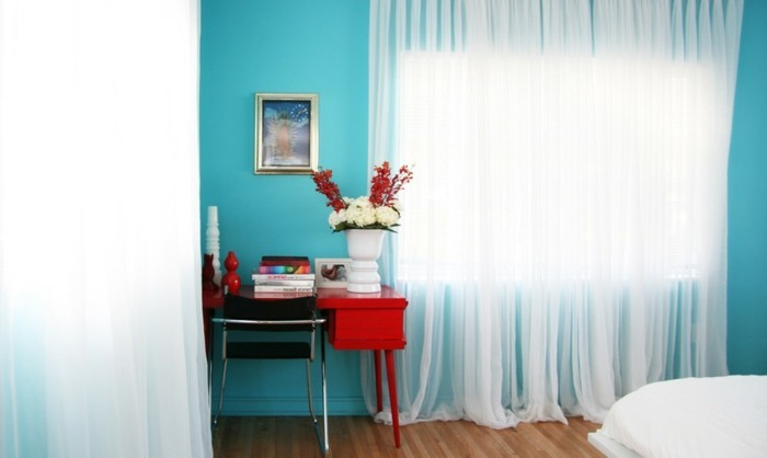 wandfarbe-türkis-durchsichtige-gardinen-wunderschönes-schlafzimmer