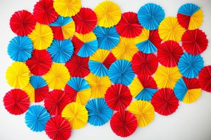 wandgestaltung-selber-machen-kleine-künstliche-regenschirme-in-bunten-knalligen-farben