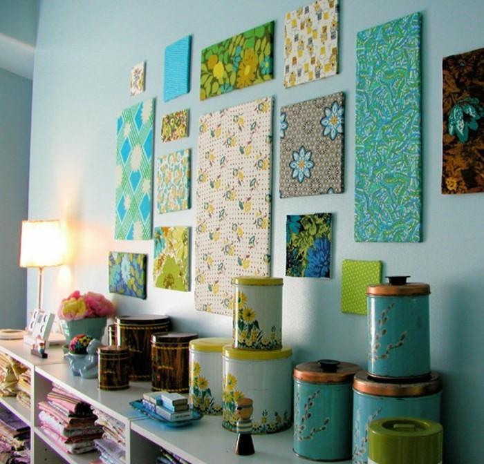 wandgestaltung-selber-machen-viele-dekorationen-an-der-blauen-wand