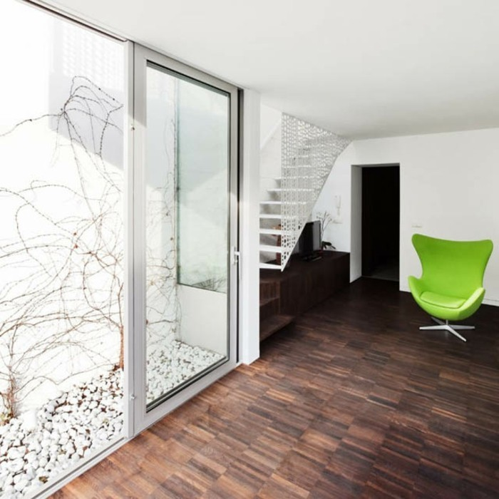 warme-farben-im-wohnzimmer-moderne-gläserne-wände