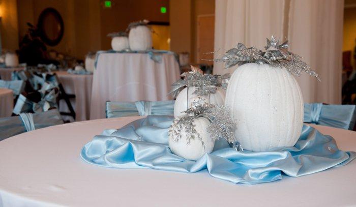 weiße-Kürbisse-als-Tischdekoration-für-Hochzeit