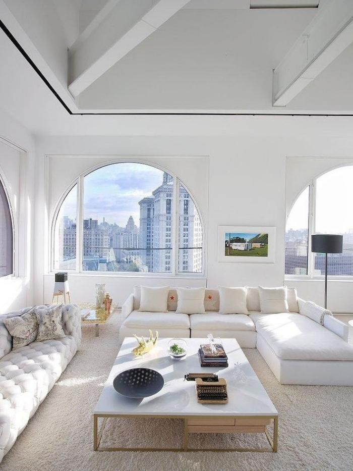 weiße-Wohnzimmer-Gestaltung-bequeme-Sofas-weißer-Couchtisch