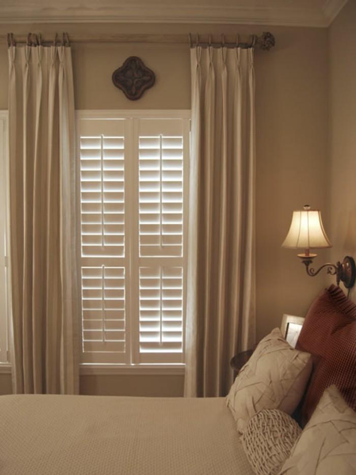 weiße-attraktive-gardinen-im-gemütlichen-schlafzimmer
