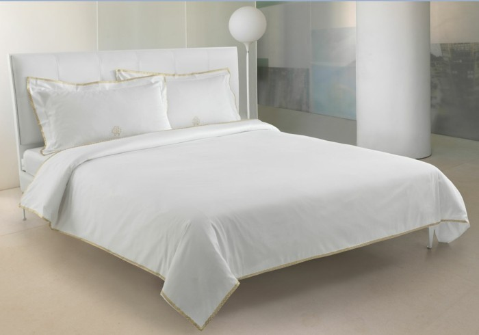 weiße-bettwäsche-gold-rand-stehlampe-weiß