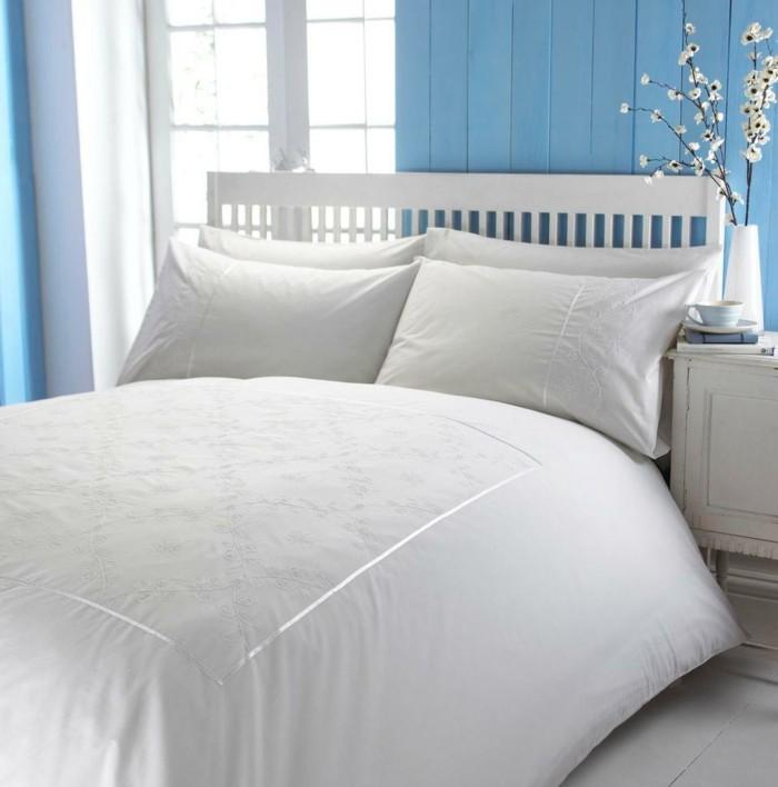 weiße-bettwäsche-holz-wand-in-blau