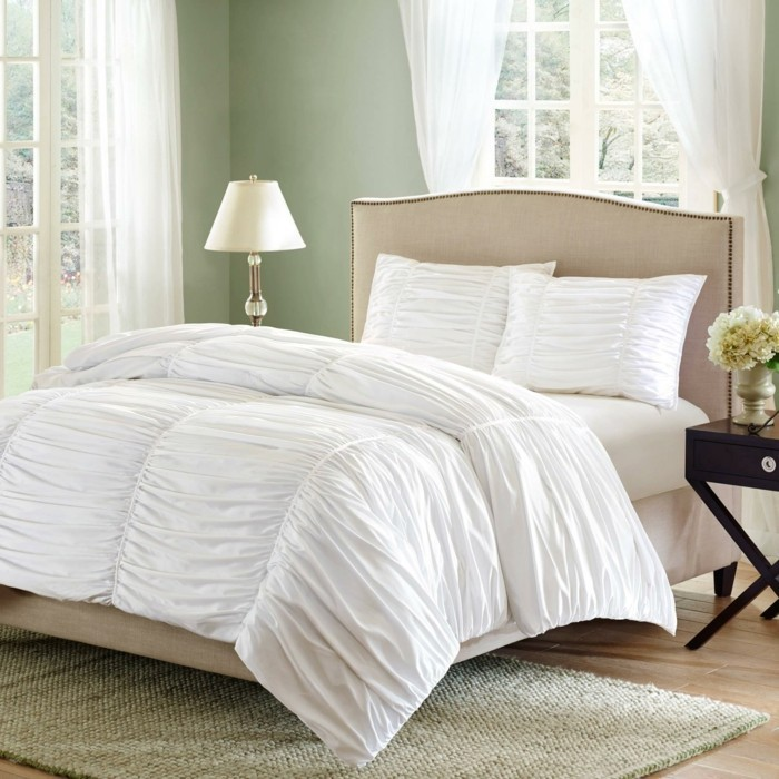 wei e bettw sche ein edler klassiker. Black Bedroom Furniture Sets. Home Design Ideas
