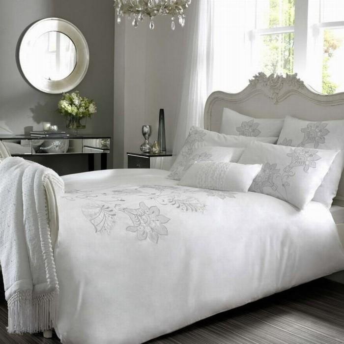 weiße-bettwäsche-mit-dekorativen-muster-elegant
