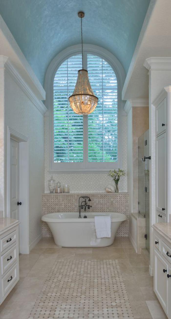 weißes-Badezimmer-Interieur-elegante-Gestaltung-wunderschöner-Kronleuchter-aus-Kristall-Leuchten
