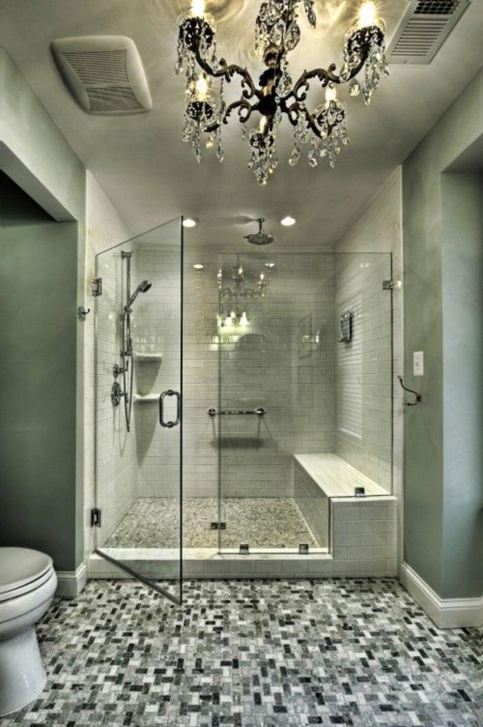 weißes-Badezimmer-schönes-Design-eleganter-Kristallleuchter