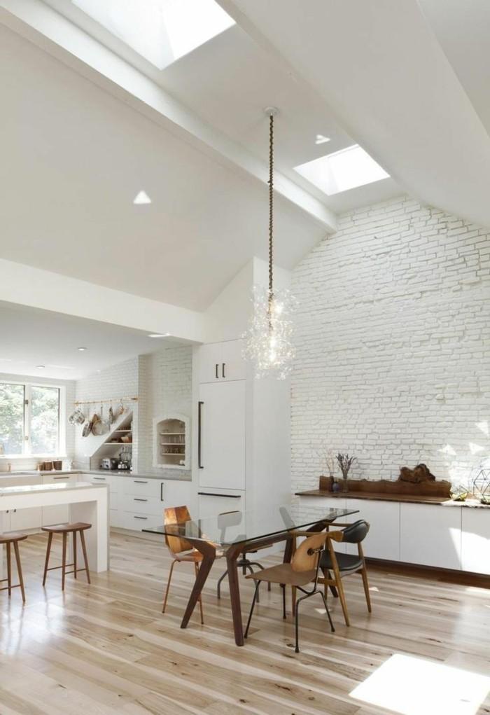 weißes-Esszimmer-Interieur-Ziegelwände-hölzerne-Möbel-Parkettboden