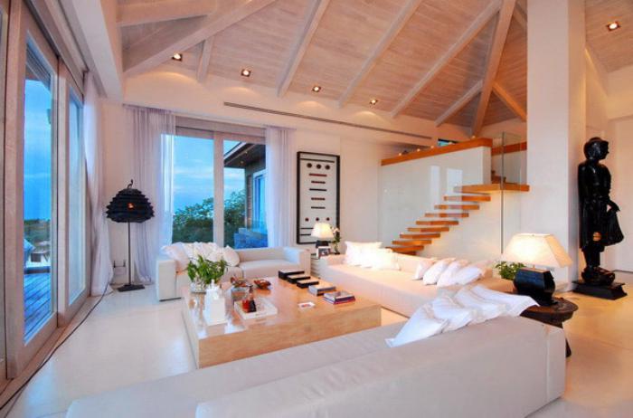 weißes-Interieur-kleiner-Wohnzimmertisch-aus-Massivholz