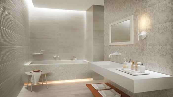 weißes-modernes-badezimmer-mit-tollen-fliesen