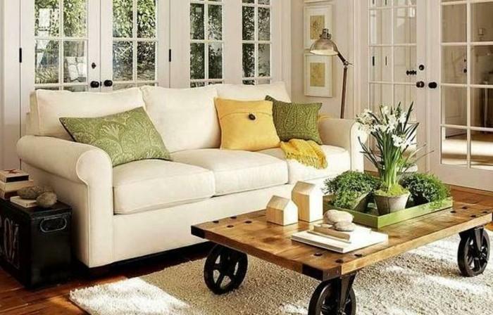 weißes-sofa-neben-dem-nesttisch-mit-unikaler-dekoration