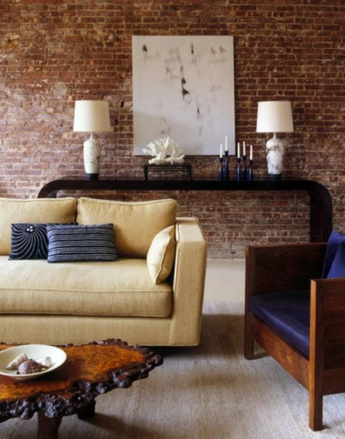 wohnzimmer-einrichtung-renovierter-raum-mit-einem-schicken-sofa