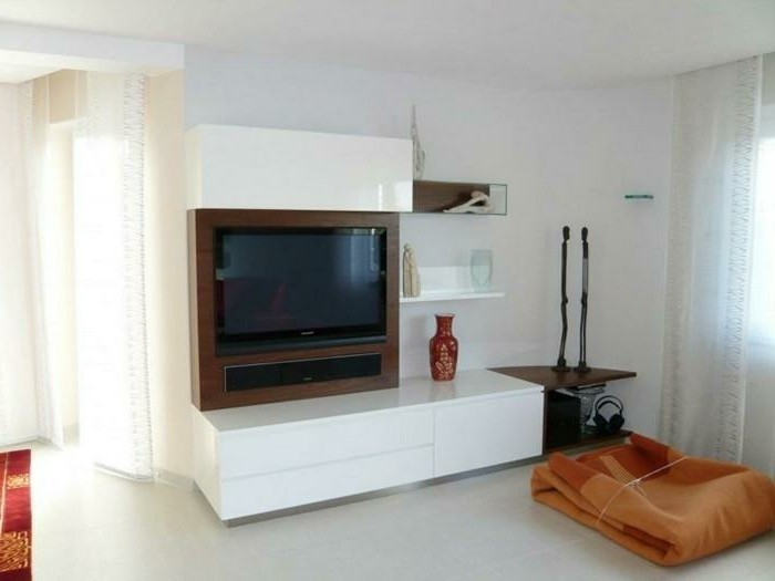 wohnzimmer-renovieren-interessante-wohnwand-weiße-farbe-großer-fernseher