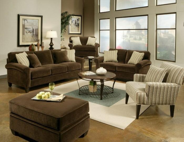 wohnzimmereinrichtung-braune-sofas-und-moderne-große-fenster