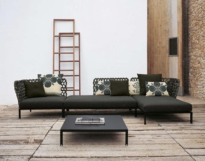 wohnzimmereinrichtung-schwarzes-sofa-und-kleiner-nesttisch