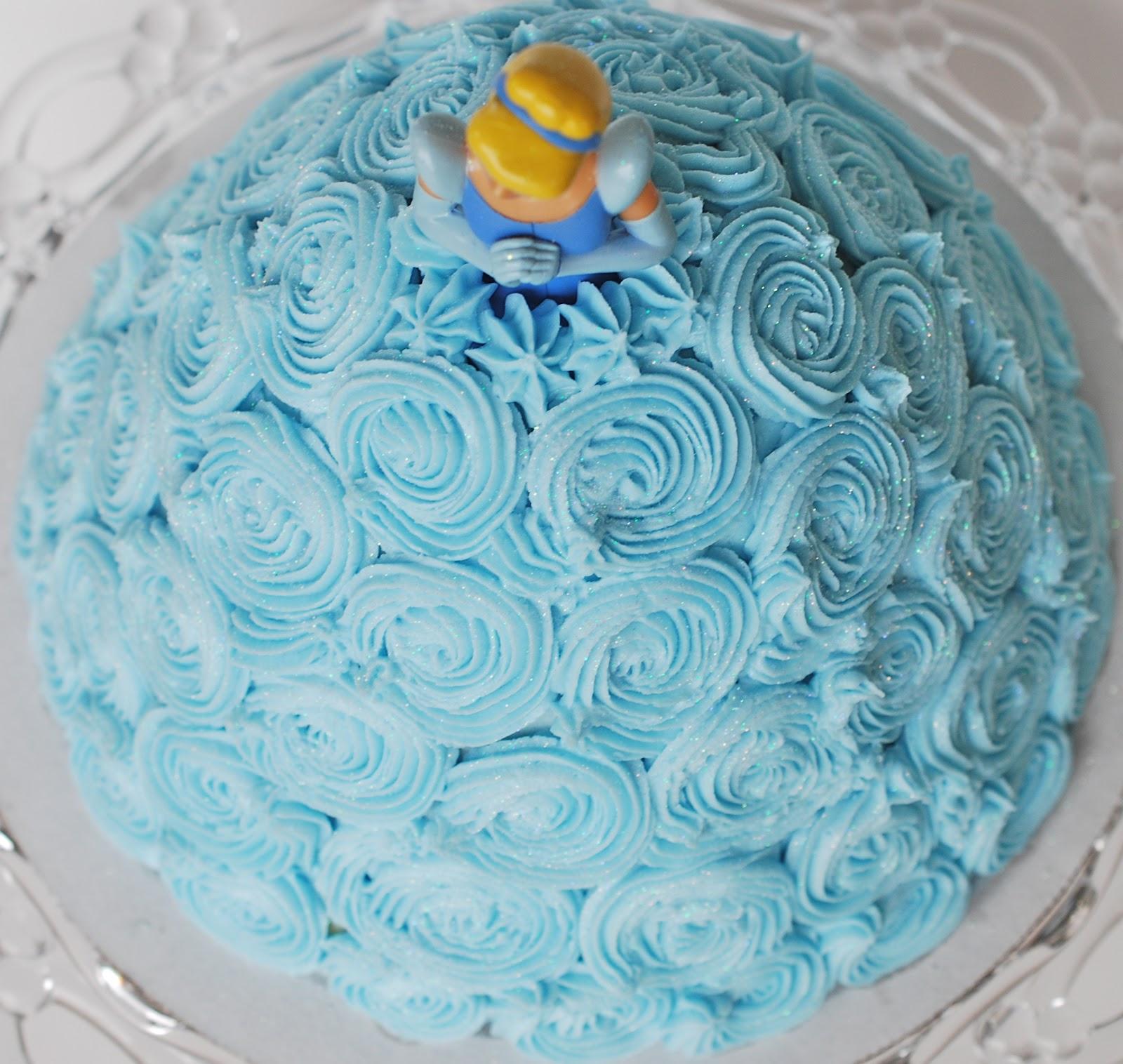 wunderschöne-Torte-mit-der-Märchenfigur-der-Brüder-Grimm