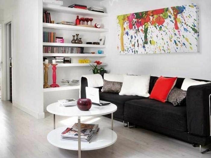 wunderschöne-dekoration-im-wohnzimmer-kissen-auf-dem-sofa