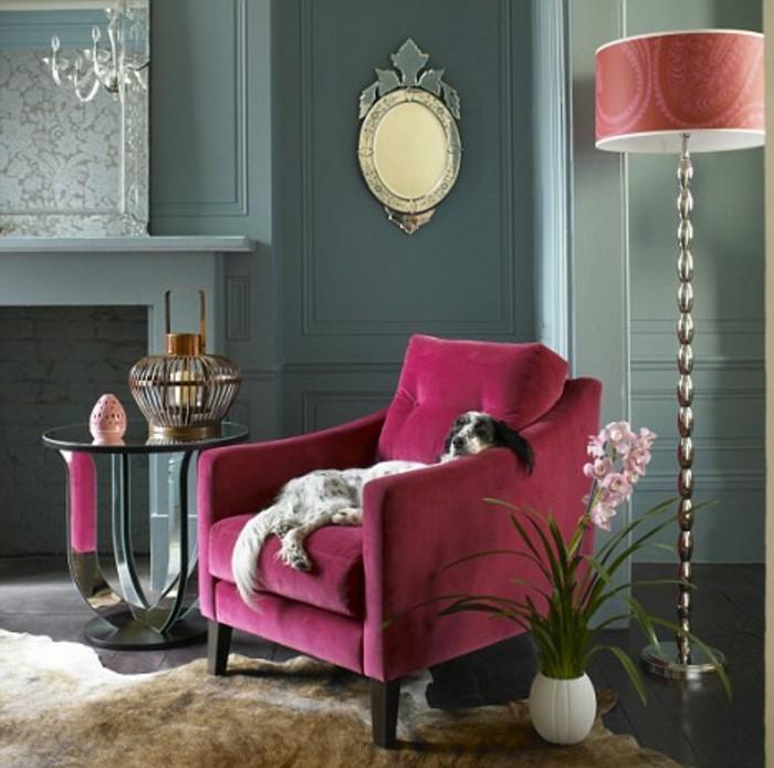 wunderschöne-raumgestaltung-sessel-in-rosa-stehlampe-und-großer-hund