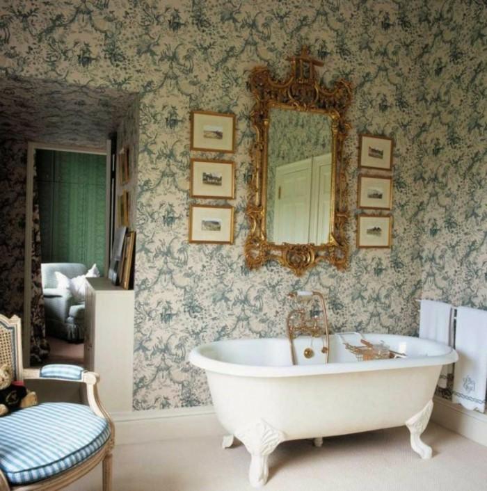wunderschönes-baddesign-herrliche-tapeten-sehr-toller-spiegel