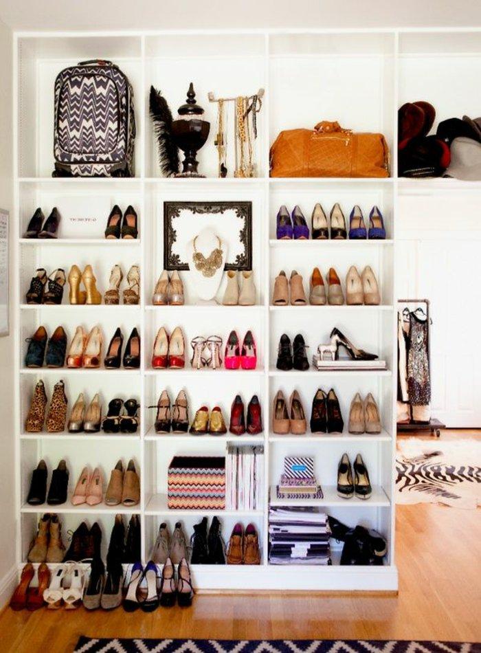 zahlreiche-Schuhregale-in-Weiß-Schuhe-Taschen-Accessoires