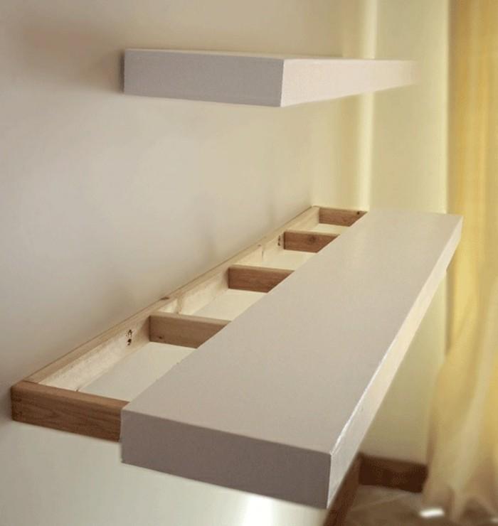 zwei-weiße-minimalistische-regale-mit-hölzernen-elementen