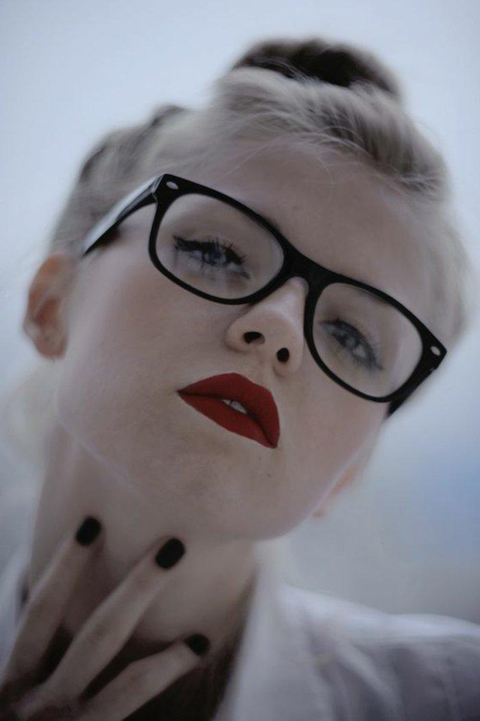 0-retro-Brille-schönes-weibliches-Modell-in-Schwarz