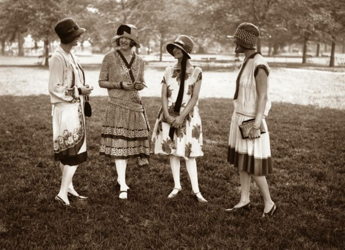 20er-jahre-mode-originelles-foto-schwarz-und-weiß-leute-haben-spaß