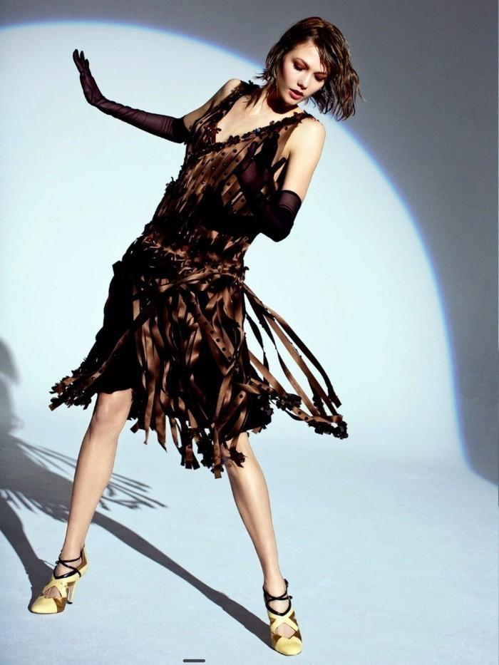 20er-mode-interessante-dame-tanzt-in-einem-sehr-schönen-kleid