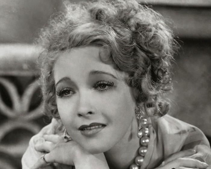 20er-mode-wunderschöne-frau-mit-vintage-make-up-und-haarfrisur