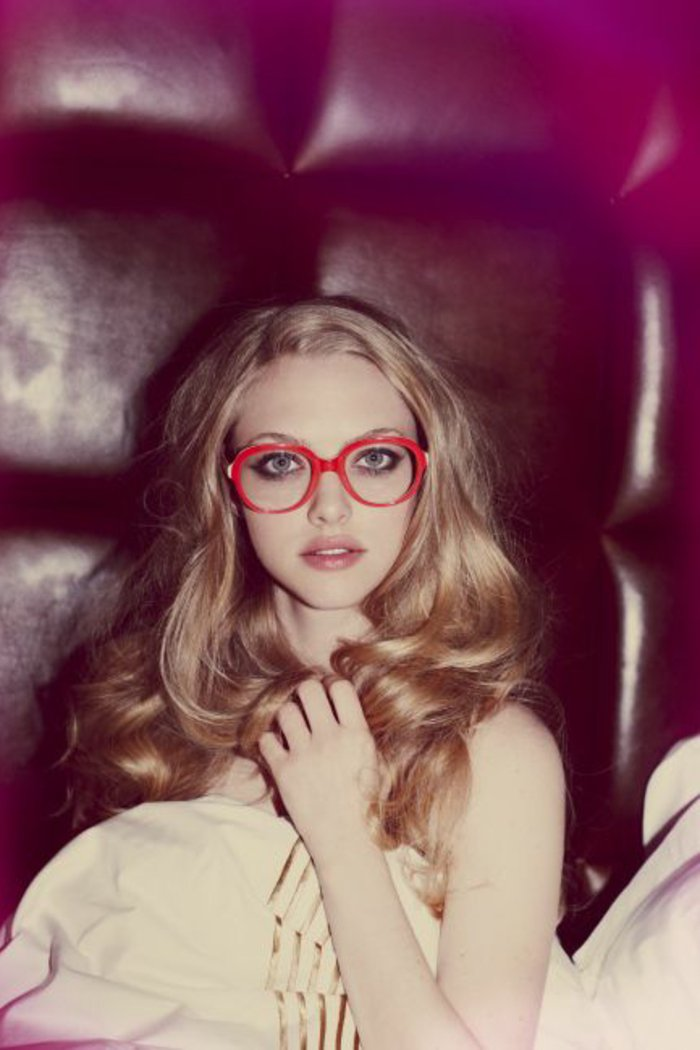 Amanda-Siegfried-mit-roten-retro-Brillen